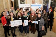 Den ersten Preis in der Kategorie der kleinen Kommunen nahmen Vertreterinnen und Vertreter aus Köngen entgegen.