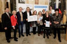Die Stadt Stuttgart erhielt den ersten Preis bei den großen Kommunen. Stuttgarterinnen und Stuttgarter wie Bürgermeister Werner Wölfle (4. v. l.) nahmen den Preis in Höhe von 5.000 Euro entgegen.