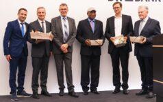 Philipp Keil, Geschäftsführender Vorstand (SEZ), Michael Freudigmann, Prokurist (BW-Bank), Klaus Weingärtner, Stv. Geschäftsführer (SEZ), Valère Hiobi, Vorstandsvorsitzender (MyAfrica e. V.), Steffen Weber, Vorstandsmitglied (Forum Fairer Handel) und Erwin Teufel, Ministerpräsident a. D.