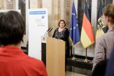 Staatsministerin Theresa Schopper bei der Preisverleihung Meine. Deine. Eine Welt. 2019